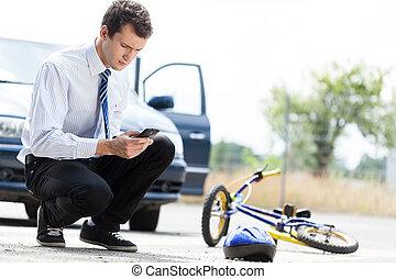 hombre, llamar en busca de ayuda, después, accidente