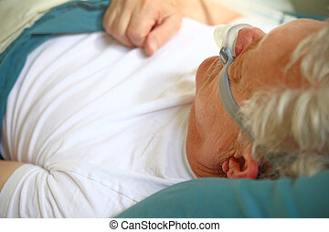 hombre más viejo, utilizar, sueño, apnea, dispositivo