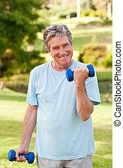 hombre maduro, hacer, el suyo, ejercicios, en el parque