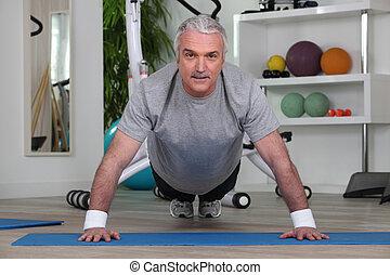hombre maduro, hacer, pushups