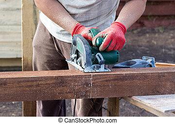 Corte viga de madera hombre sierra circular corte - Schiebefenster selber bauen ...