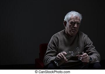 hombre mayor, adicto, a, alcohol