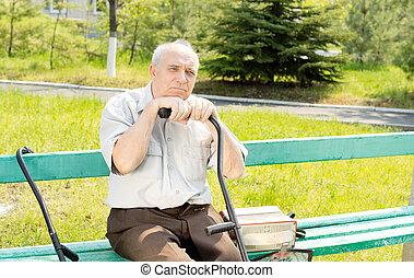 hombre mayor, aire libre