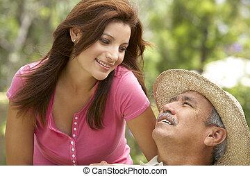 hombre mayor, con, adulto, hija, en, jardín