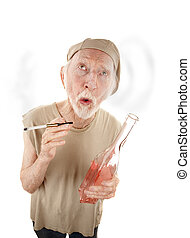 hombre mayor, con, gigarette, y, botella licor
