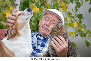 hombre mayor, con, mascotas