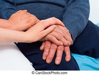 hombre mayor, con, serio, enfermedad, ser, sostener