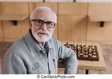 hombre mayor, con, tablero del ajedrez