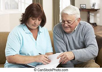 hombre mayor, en, discusión, con, enfermera seguridad social, en casa