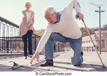 hombre mayor, mejorar, el suyo, caído, muleta