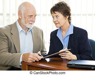 hombre mayor, señales, papeleo, -, serio