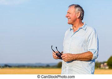 hombre mayor, soñar despierto, aire libre, en el campo, en, un, soleado, da