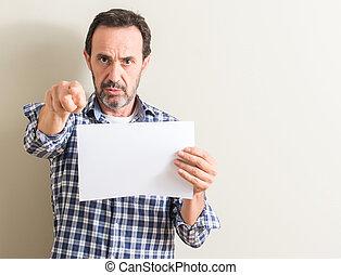 hombre mayor, tenencia, blanco, papel, hoja, señalar, con, dedo, a la cámara, y, a, usted, señal de mano, positivo, y, confiado, gesto, de, el, frente