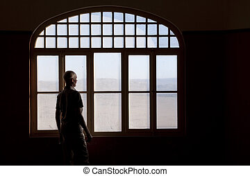 hombre, mirar fijamente afuera, un, sucio, ventana