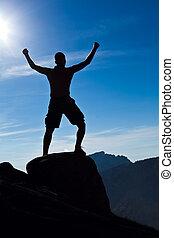 hombre montañismo, en, montañas