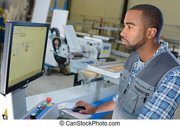 hombre, ordenador de operaciones, en, industrial, ajuste