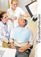 hombre, paciente, en, dental, consulta, cirugía del dentista