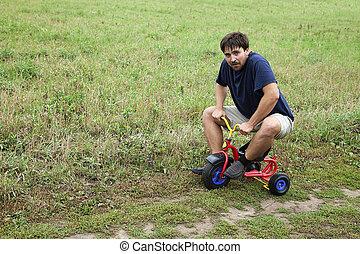 hombre pequeño, adulto, triciclo
