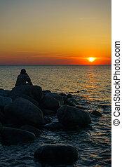 hombre, piedras, sentado, costa
