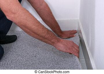 hombre, poniendo, alfombra