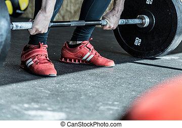 hombre, practicar, levantamiento de pesas