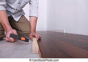 hombre, prueba, un, piso de madera