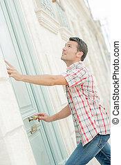 hombre, puerta, llamar campana