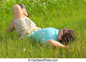 hombre que coloca, en, campo de la hierba, día de verano,...