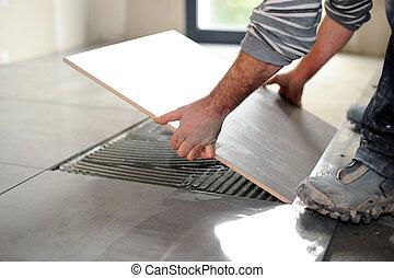 hombre que coloca, mosaicos piso
