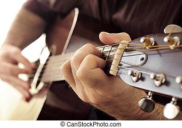 hombre que juega guitarra