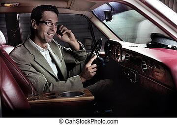 hombre que sienta, en el coche