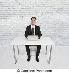 hombre que sienta, en, oficina