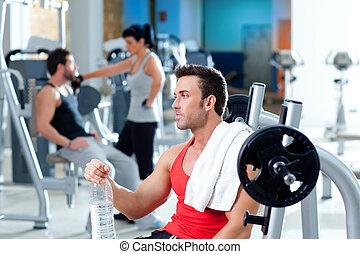hombre, relajado, en, gimnasio, después, condición física, deporte, entrenamiento