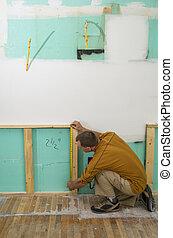 hombre, remodelar, trabajando, cocina