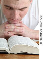 hombre, rezando, con, el, biblia