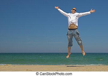 hombre saltar, en la playa