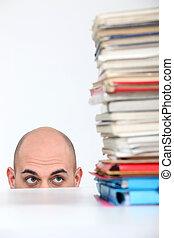 hombre, se esconder atrás, un, escritorio, mirar, un, montón libros