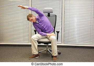 hombre, silla de la oficina, ejercitar