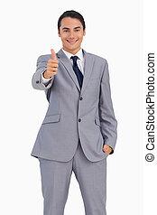hombre sonriente, en, traje, el, hojee arriba