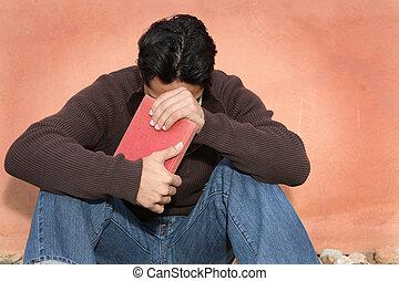 hombre, tenencia, biblia, mientras, rezando