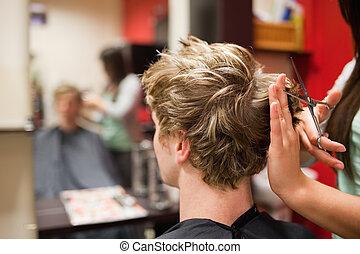 hombre, teniendo, blond-haired, corte de pelo