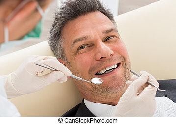 hombre, teniendo, chequeo dental, en, clínica