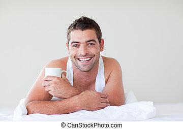 hombre, teniendo, desayuno en cama