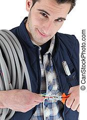 hombre, tirar, eléctrico, alambres, con, alicates
