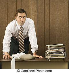 hombre, trabajando, en, oficina.