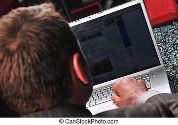 hombre, trabajo encendido, computador portatil