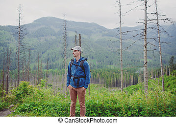 hombre, turista, en, montaña, rastro