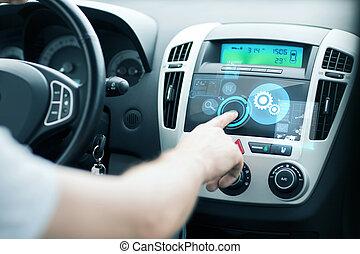 hombre, utilizar, coche, panel de control