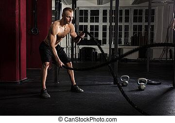 hombre, utilizar, entrenamiento, sogas, en, un, gimnasio