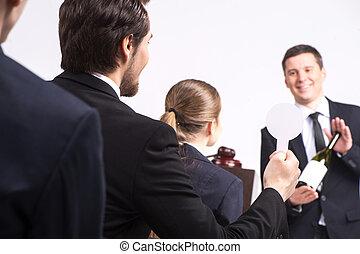 hombre, venta, tenencia, subasta, persona, botella, vino., guapo, costoso, bebidas